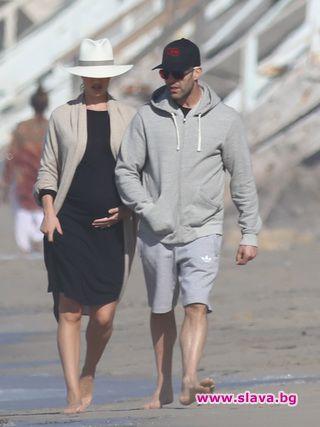 Стейтъм и Роузи на разходка по плажа