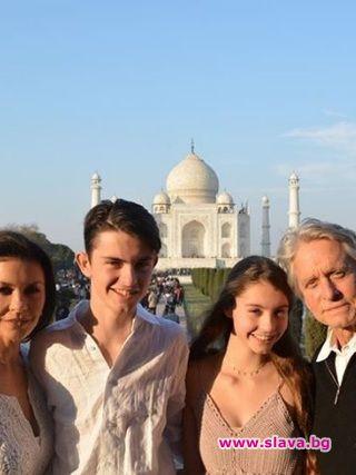 Катрин Зита-Джоунс сбъдва мечти в Индия