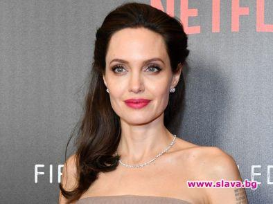 Анджелина Джоли в болница заради недохранване