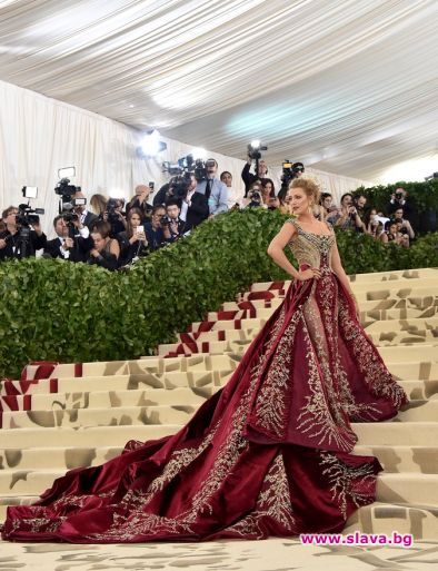 Клюкарката с 600 ч. ръчно правена рокля Версаче