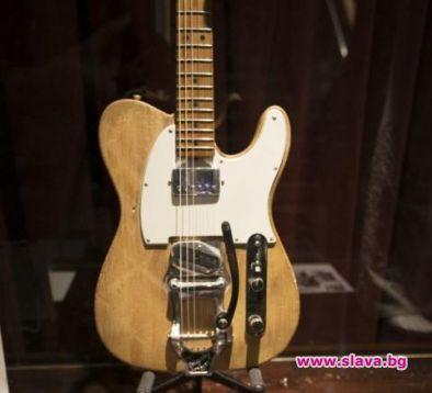 Продадоха китарата на Боб Дилън за половин милион долара