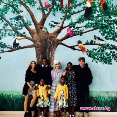 Мадона нареди децата си за снимка в Малави