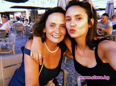 Нина Добрев болезнено привързана към майка си