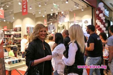 Моделът Юлия Кулиш избира ризи за Дидо от Д2