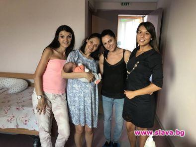 Мариана Попова сияе от щастие с бебето и приятелки