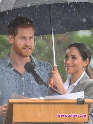 Бременната Меган пази своя принц от дъжда