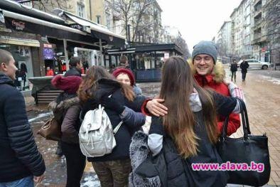 Ученици подаряват прегръдки по повод Международния ден на прегръдката
