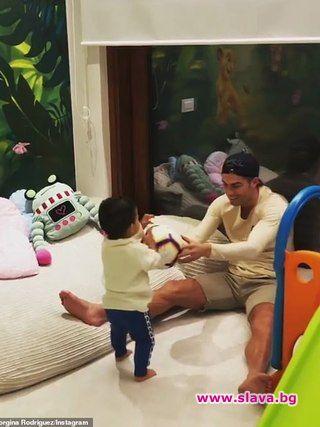 Роналдо учи по-малкия си син да рита