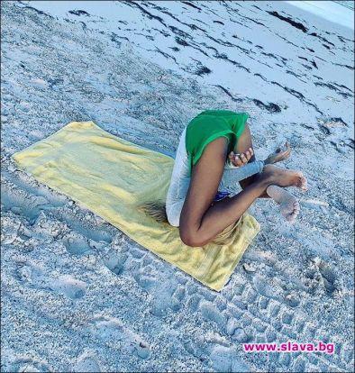 Харизанова прави йога на плажа