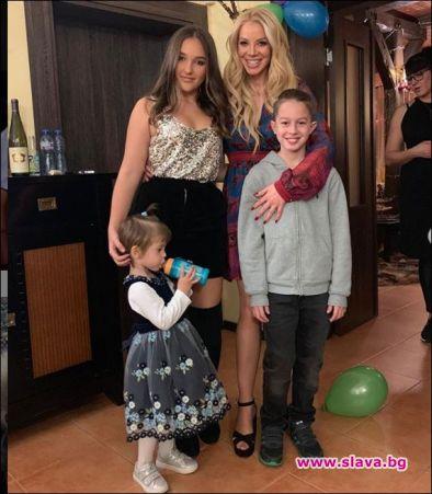 Емилия гледа три деца