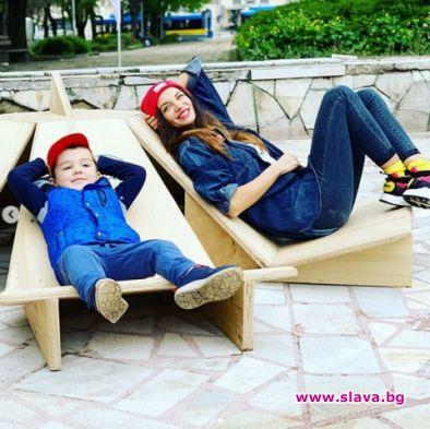 Диляна Попова и синът й почистиха плевенска градина