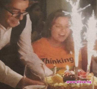 Алекс празнува ЧРД с двете дъщери на Ласкин