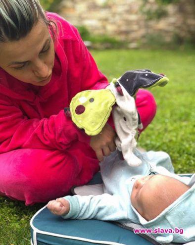 Поли Генова показа бебето
