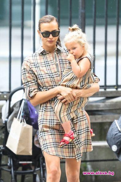 Ирина Шейк и дъщеря й се разходиха в Burberry