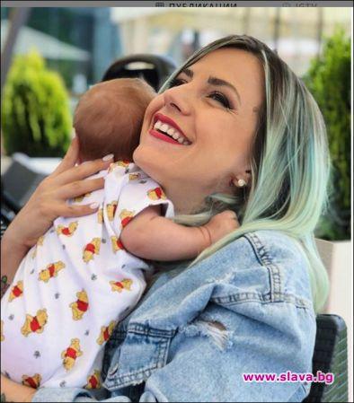 Поли Генова на двойна ваканция с бебока