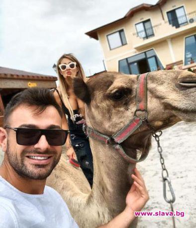 Джулиана Гани глези камили в Слънчев бряг