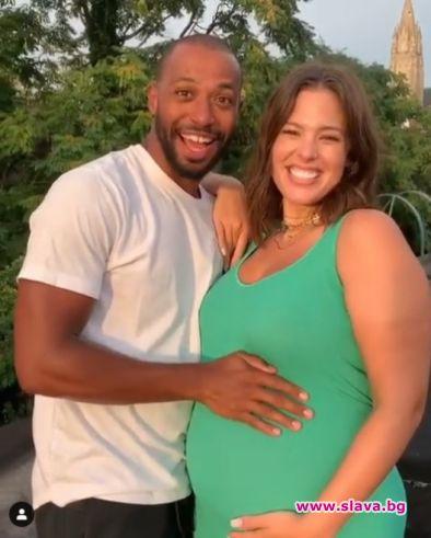 Ашли Греъм ще става майка