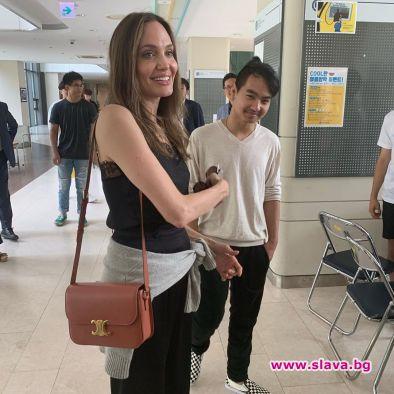 Джоли едва сдържа сълзите си, оставяйки сина си в Южна Корея