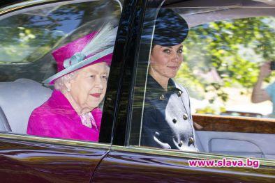 Кейт Мидълтън на църковна служба с кралицата в Шотландия