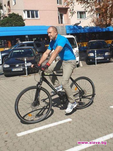 Президентът Радев на колело в центъра на София