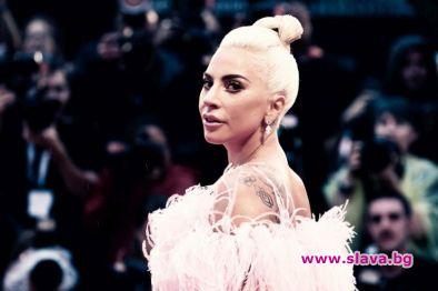 Лейди Гага пропусна вратата, падна на земята!
