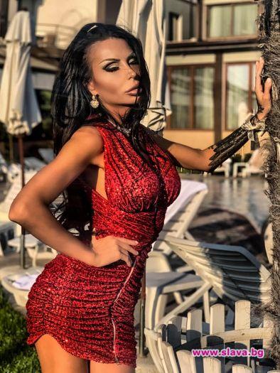 Деси Фотосесията показа форми в прилепнала рокля