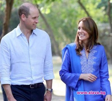 Кейт в кралско синьо от пакистанска дизайнерка