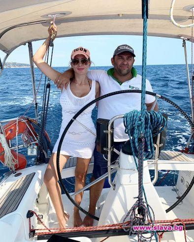 Антония Петрова управлява яхта