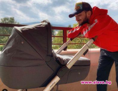 Бебето на Криско с количка за 2 бона