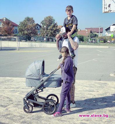 Благой с двете си големи деца и бебето на разходка