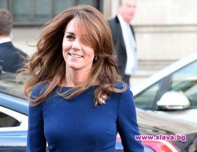 Кейт с класическа рокля в кралско синьо